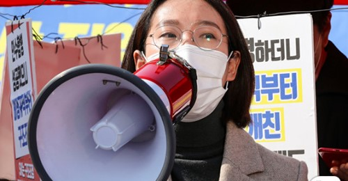 장혜영 정의당 의원이 5일 오후 서울 여의도 국회 앞에서 열린 차별금지법 제정 촉구 기도행진 기자회견에서 발언하는 사진