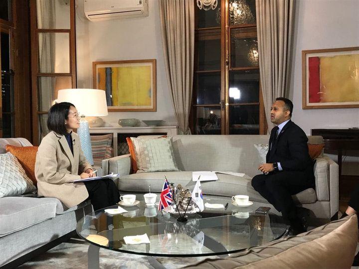장혜영 의원이 혐오와 차별에 맞서 평등을 입법한 나라들이라는 주제로 Nik Mehta 영국부대사와 대담을 하고 있는 사진