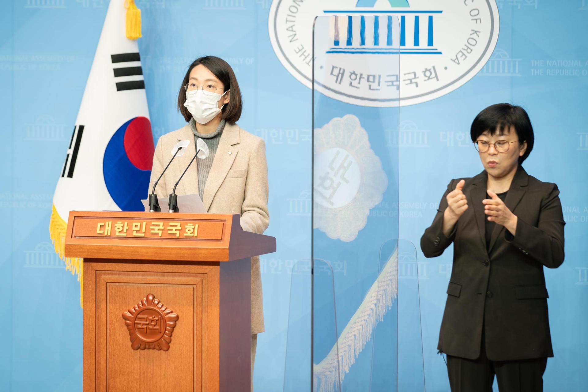 장혜영 의원이 코로나19 극복을 위한 <특별재난연대세>법 발의 기자회견을 하고 있는 사진