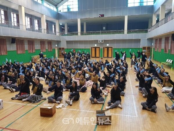 지난 10월 31일 목포혜인여고 학생들이 학교 강당에서 독도필통을 만들고 있다. (사진=한국청소년진흥협회)