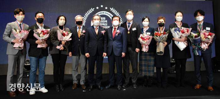 서상목 한국사회복지협의회장(왼쪽 여섯번째)과 김병숙 한국서부발전사장(왼쪽 다섯번째)이 2020 대한민국 체인지메이커 수상자들과 함께 기념촬영을 하고 있다. 한국사회복지협의회 제공
