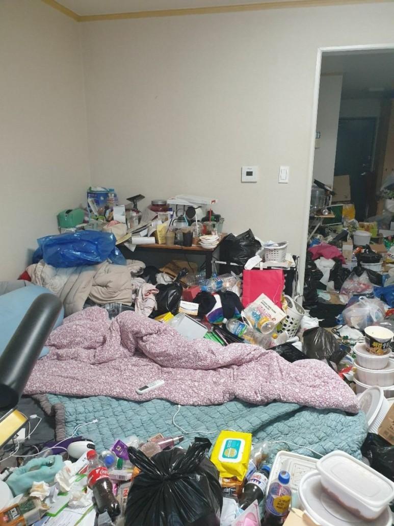 수원 원룸 쓰레기집청소 전 안방 사진입니다, 생활에 편리한 우아한정리