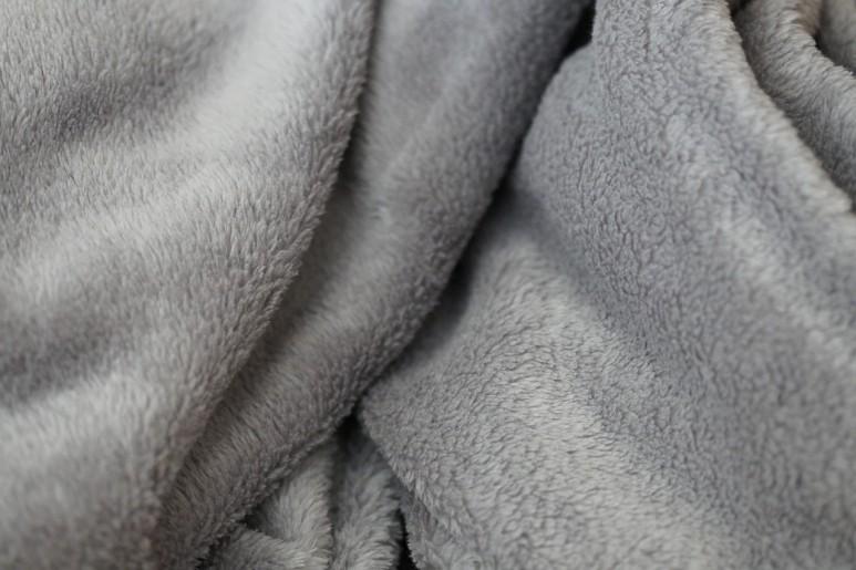 부드러운 재질의 담요와 이불을 활용