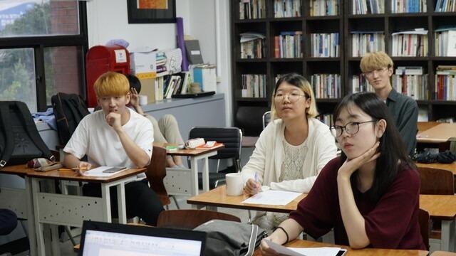 지난 8월28일 이현민(왼쪽 둘째)양이 지식순환협동조합 대안 대학에서 수업을 듣고 있다. 이현민양 제공