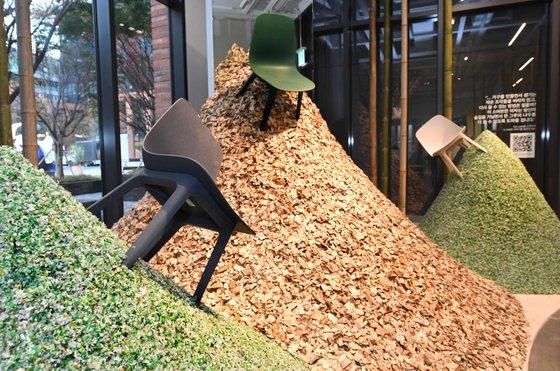'지속가능성' 메시지를 전달하기 위해 이케아 랩에 설치한 폐플라스틱 재활용 소재와 의자들. 사진 이케아코리아