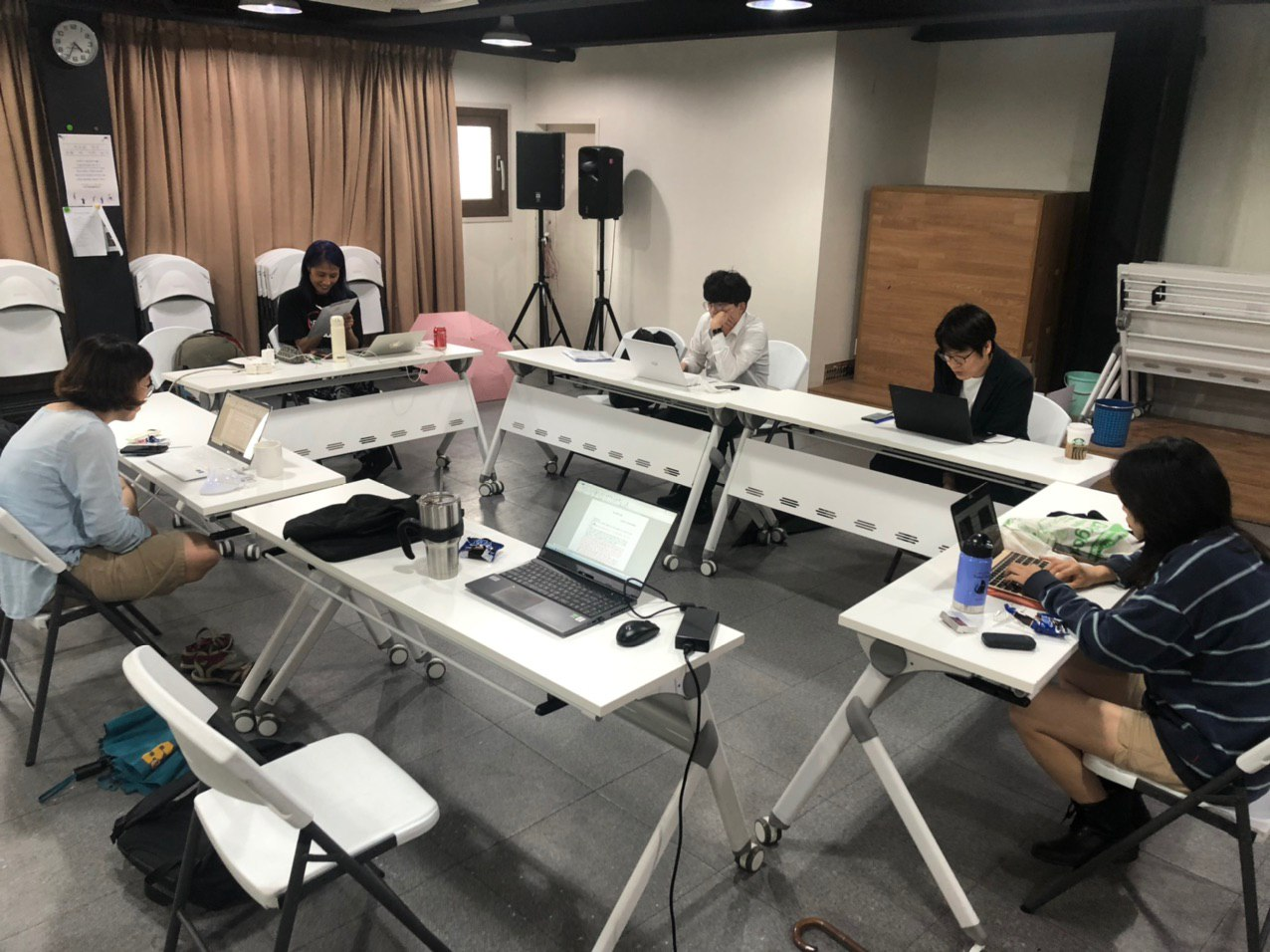 인권재단사람 한터홀에서 진행한 8월 회의 모습. 긴 테이블을 직사각형 모양으로 이어 붙였다. 다섯 명의 활동가들이 자리를 한 칸씩 띄어 테이블 하나에 한 명씩 앉아있다.