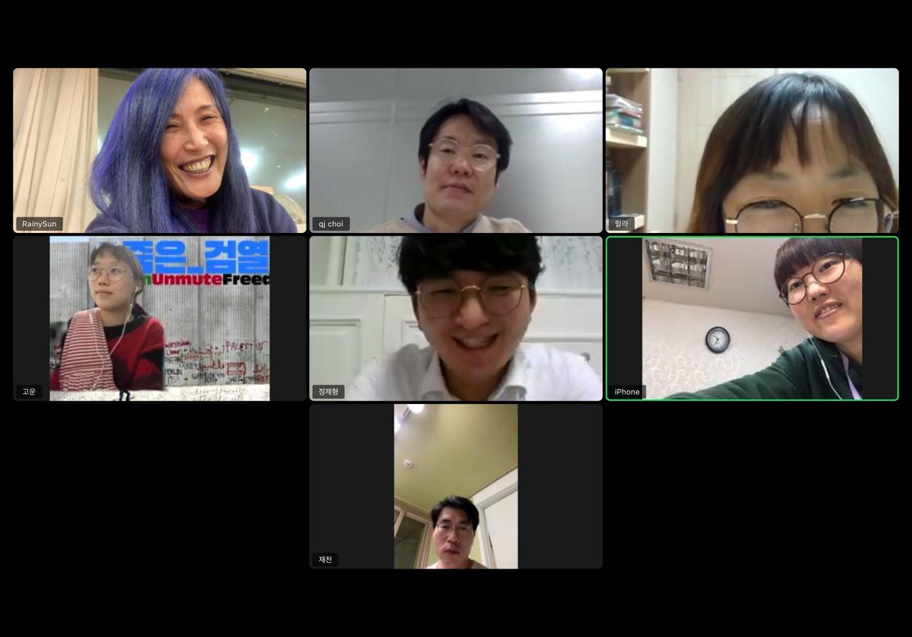 줌 회의 화면 스크린샷. 7명의 활동가들이 직사각형 모양의 그리드 안에서 각각 웃고 있다.