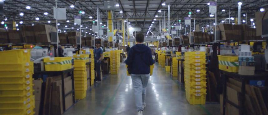 영화 노매드랜드의 주인공 펀이 아마존 물류센터에서 상품 상자를 나르고 있는 장면.