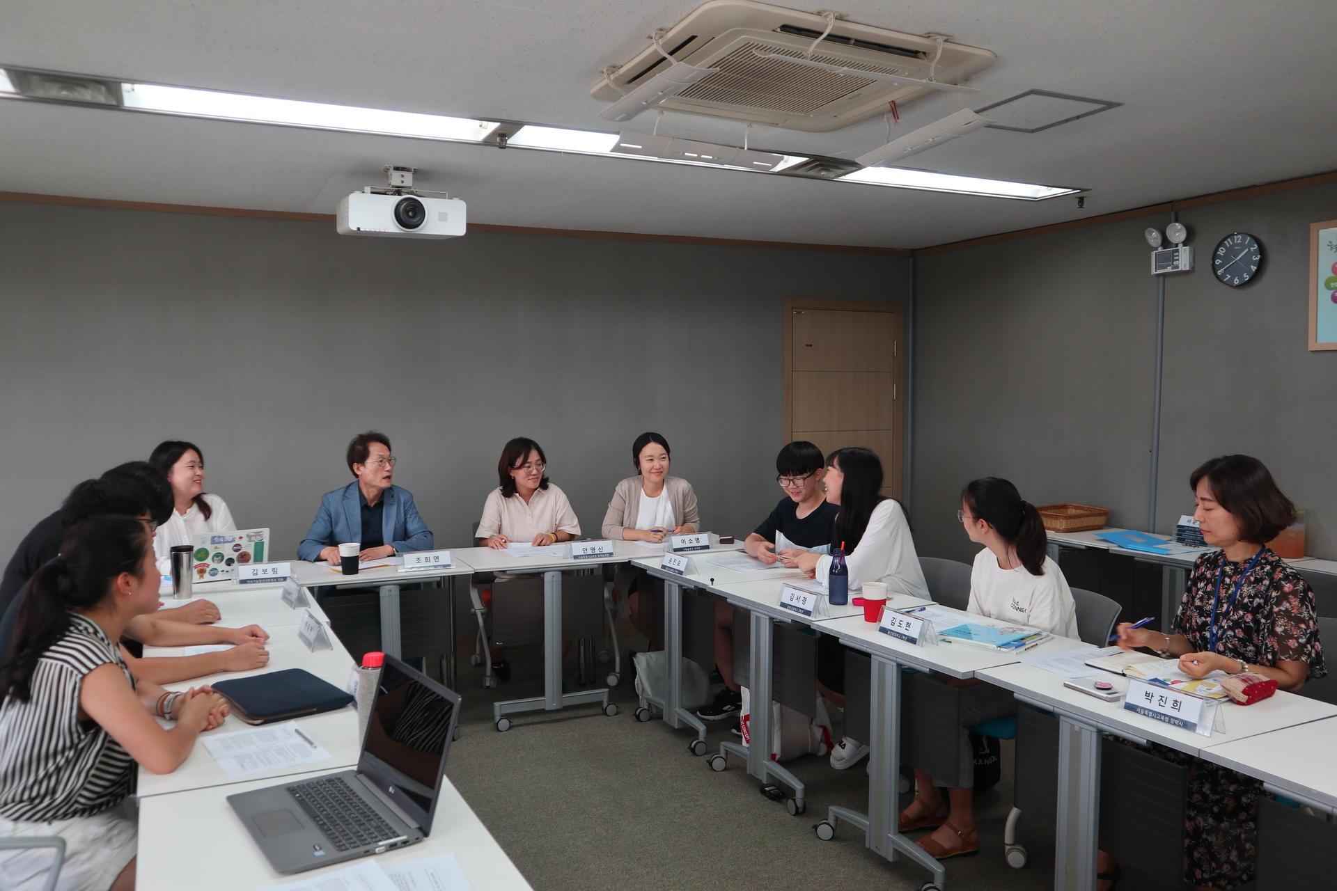 서울시 조희연 교육감과 청소년기후행동이 기후위기 대응을 위한 교육청의 역할에 대해 면담에서 논의를 하고 있다.