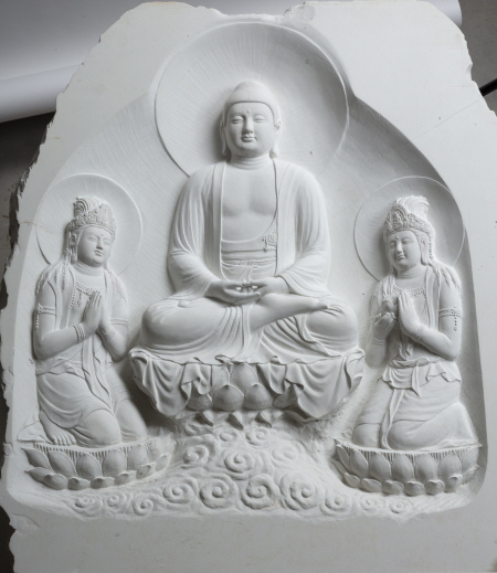 이상배 作 '극락정토 아미타 삼존상', 높이 96cm, 불석, 2021년.