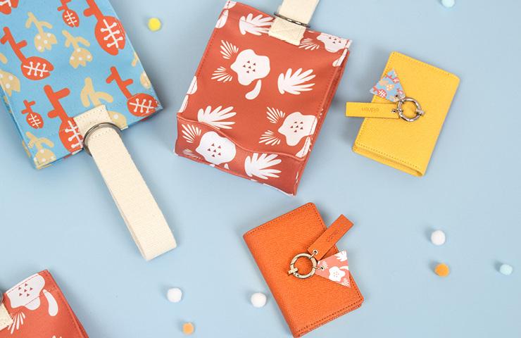 아이의 이야기 패턴이 전면에 담긴 스퀘어형 리틀백과 카드 지갑.