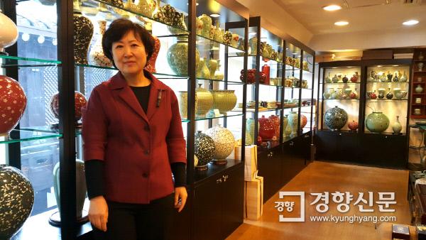 통인가게(화랑) 관장인 이계선 대표가 한국 고미술 작품 전시 공간에서 작품을 설명한 뒤 포즈를 취하고 있다. 사진 | 손재철기자 son@kyunghyang.com