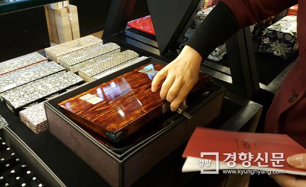 통인가게(화랑)에서 이계선 대표가 작가들의 작품을 직접 소개하고 있다. 사진 | 손재철기자 son@kyunghyang.com