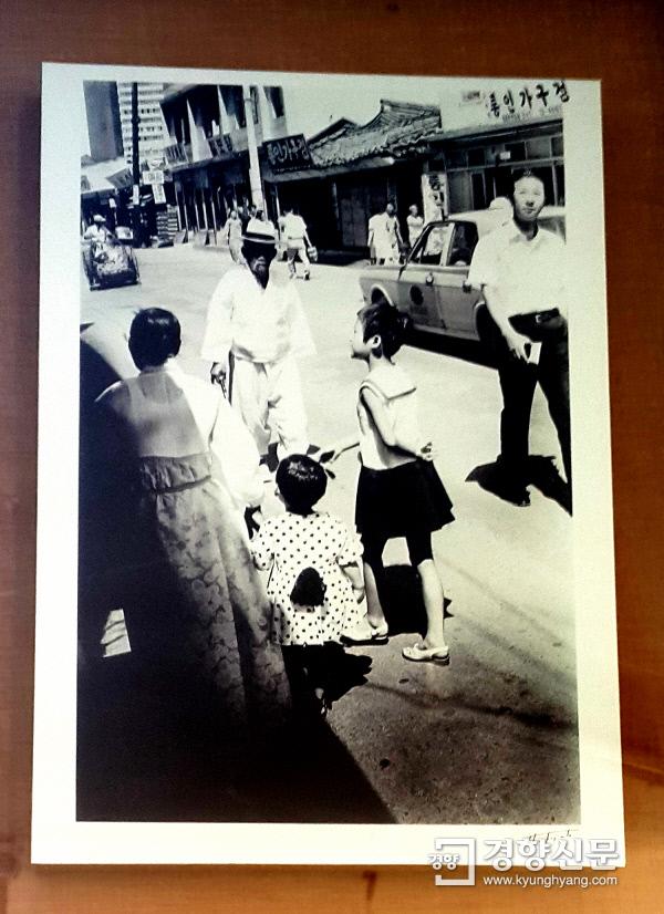 1970년대 통인가게(화랑) 모습을 담은 한 장의 흑백사진. 당시 풍속과 의류, 도시환경, 경제적 시대상을 엿볼 수 있는 사진이다.  사진 | 손재철기자 son@kyunghyang.com