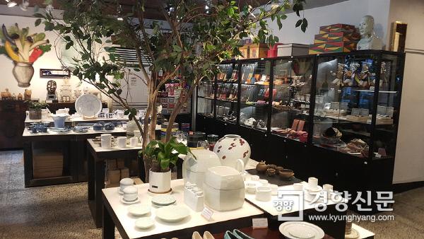 통인가게(화랑) 1층 전시장. 각종 한국 공예품들이 전시·판매되는 공간이다. 사진 | 손재철기자 son@kyunghyang.com