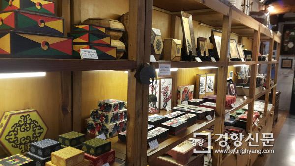 통인가게(화랑) 1층 전시 공간 곳곳에 공예작가 작품들이 전시돼 있다.  사진 | 손재철기자 son@kyunghyang.com
