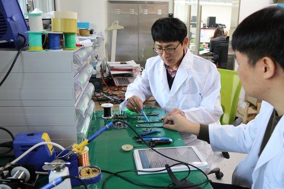 서울 홍릉 서울바이오허브에 입주한 벤처기업 지파워의 연구원들이 피부 장벽 기능 측정을 위한 센서를 개발해 시험 중이다. 서울바이오허브는 지난해 7월 문을 열고 입주사를 모집했다. [사진 서울시]