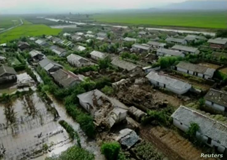 북한 관영 '조선중앙통신'은 김정은 국무위원장이 황해북도 은파군 대청리 일대 홍수 피해 상황을 현지에서 파악했다며 7일 사진을 공개했다.