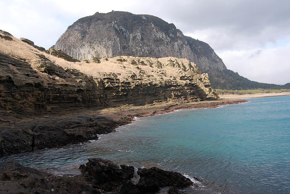 용머리해안 산책로. 최근에 해수면이 상승하면서 이 일대가 물에 잠기는 일이 잦아졌다.(사진=장태욱 기자)